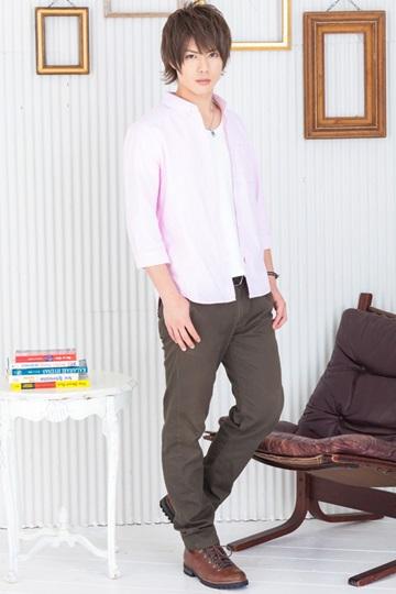 ピンクシャツでカッコ可愛い印象