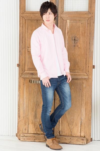 ピンクシャツでインパクト大なカジュアルスタイル